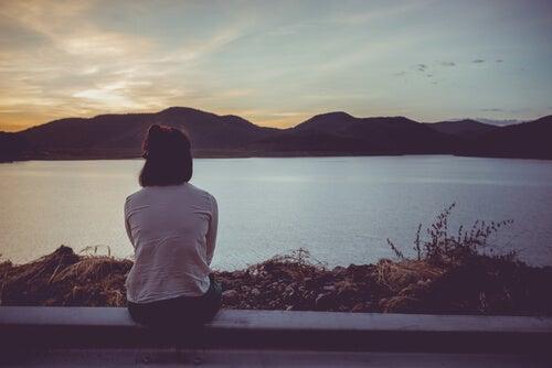 Mujer mirando el río