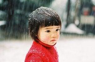 niña oriental triste pensando en la posibilidad de que sus padres mueran