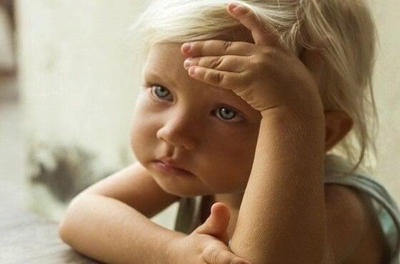 niña triste pensando en la posibilidad de que sus padres mueran