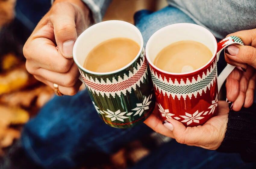 Pareja con cafés