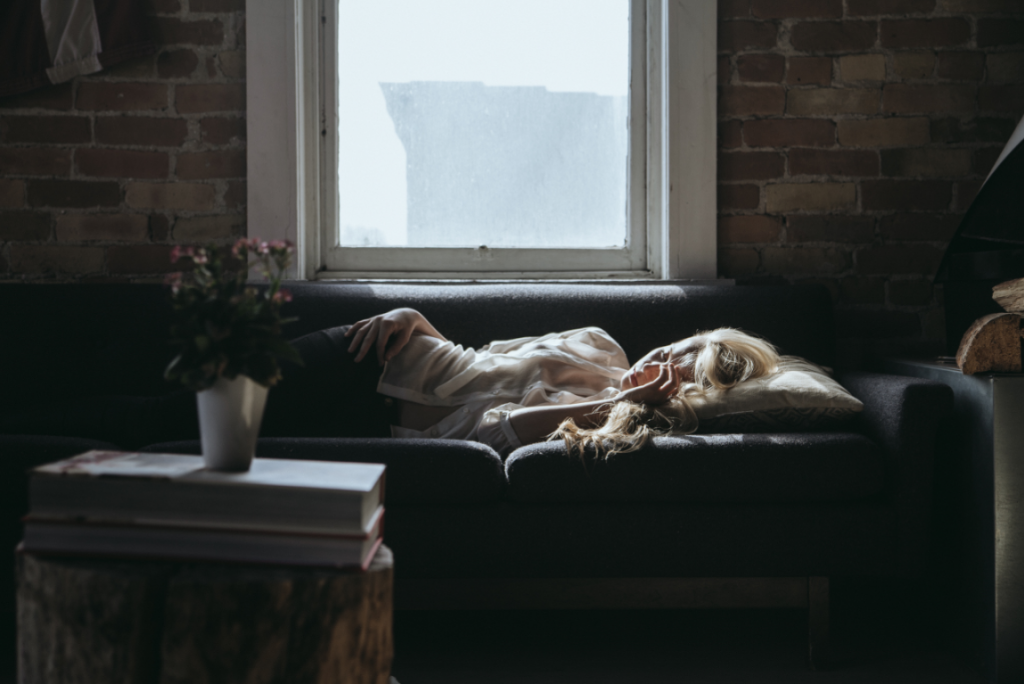mujer con malestar estomacal y trastorno psicofisiológico