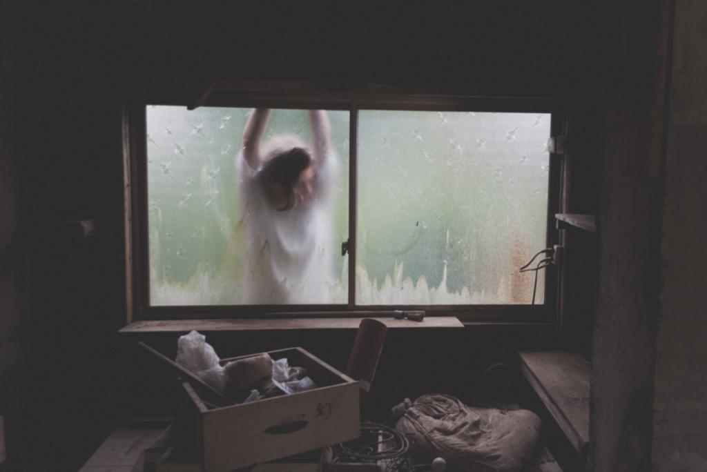 chica con distimia a través de la ventana