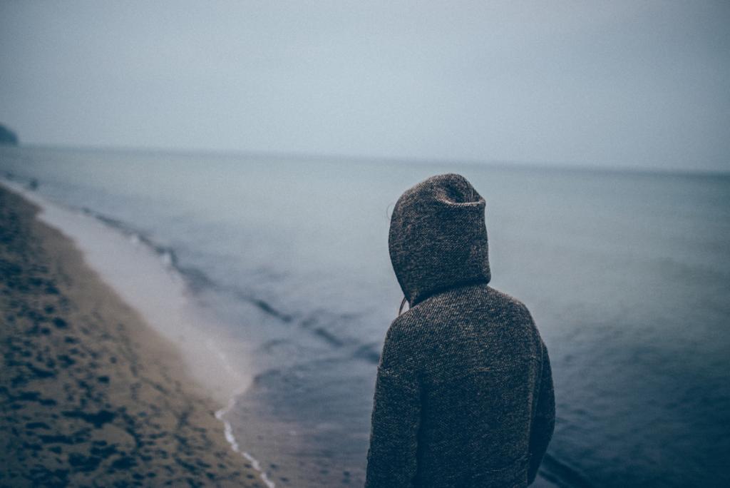 persona con distimia en la playa