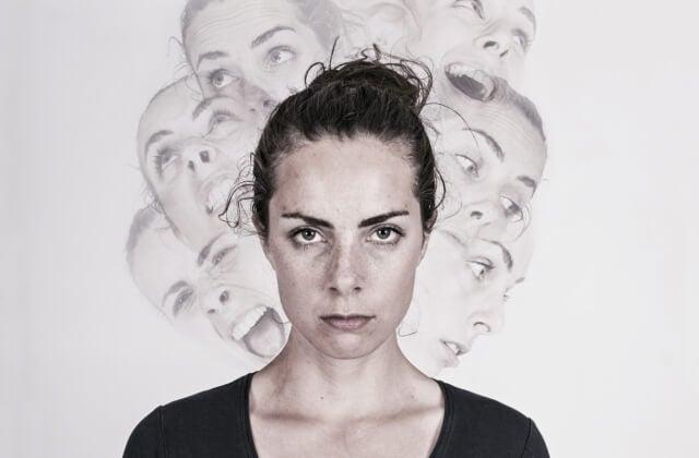 Mujer con trastorno de identidad disociativo