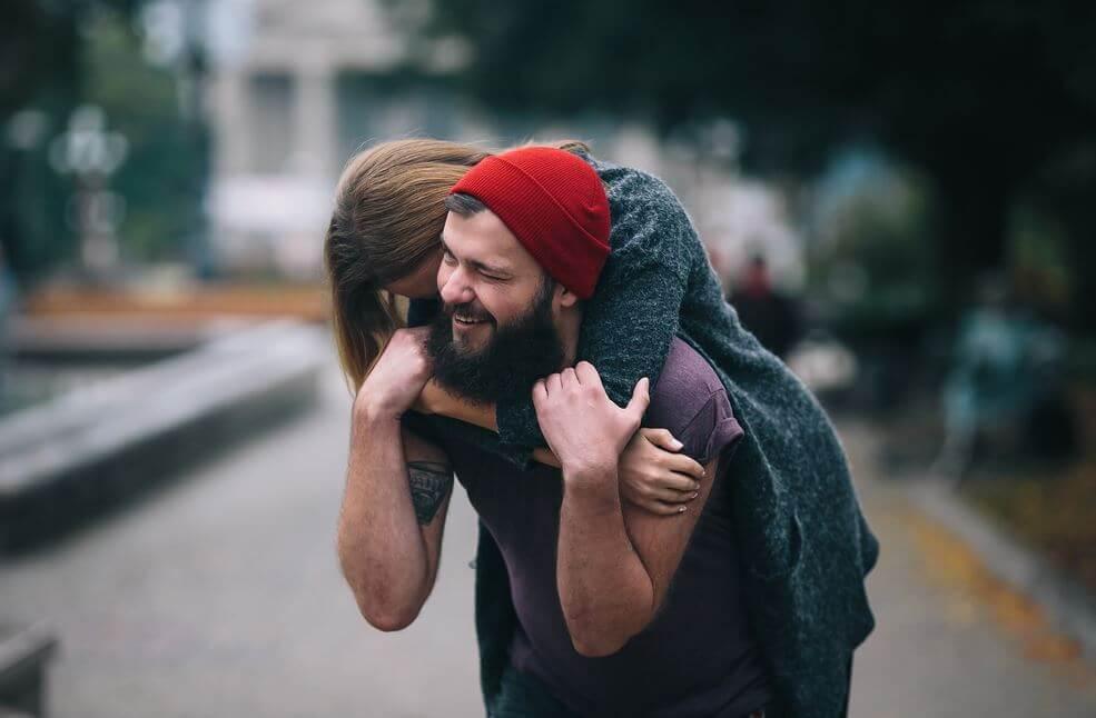 Niña abraza a padre