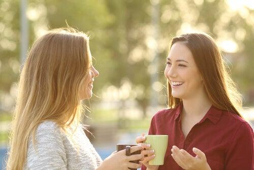 Amigas hablando mientras toman un café