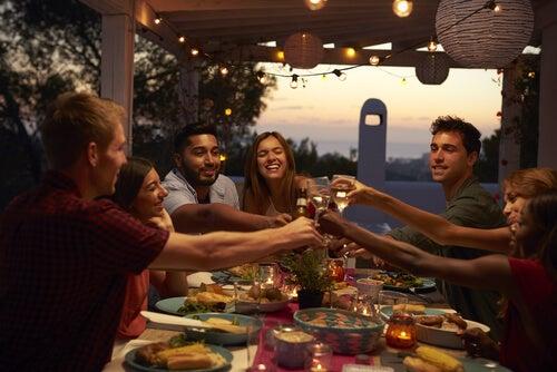 ¿Por qué una cena especial ayuda a resolver conflictos interpersonales?
