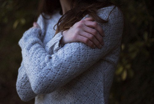 Chica dándose un abrazo