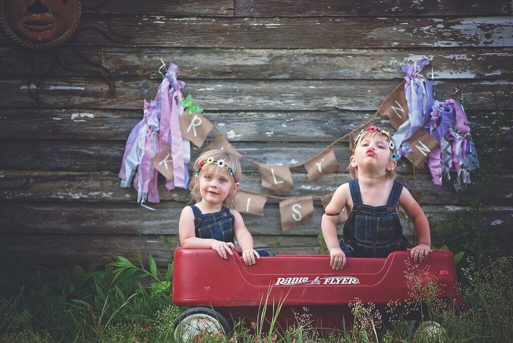 Dos hermanas pequeñas en un vagón de juguete