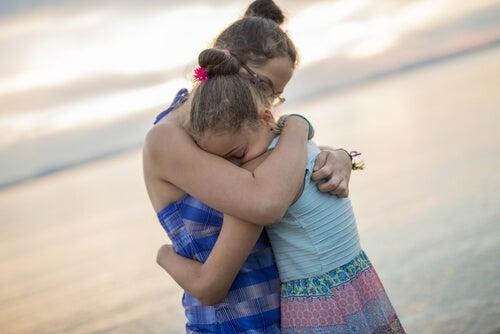 Hermanas abrazándose en la playa
