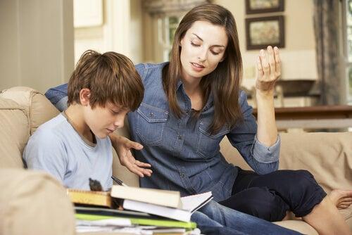 Madre apoyando a su hijo en los estudios