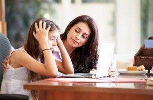 Madre ayudando a su hija con los estudios en verano