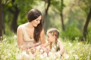 Madre con hija en el campo