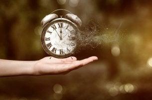Mano con un reloj desapareciendo