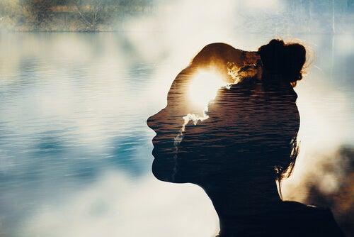 Mujer con luz en la cabeza