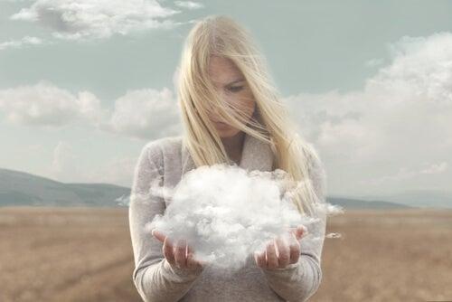 Mujer con una nube entre las manos