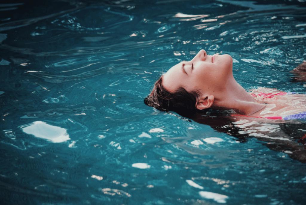 Mujer disfrutando en el agua