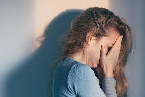 Mujer llorando con las manos en la cara