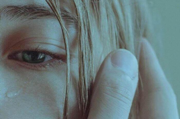 Mujer llorando por su situación de maltrato psicológico