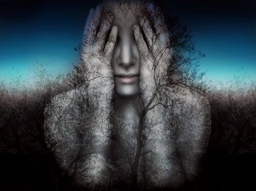 Mujer tapándose los ojos