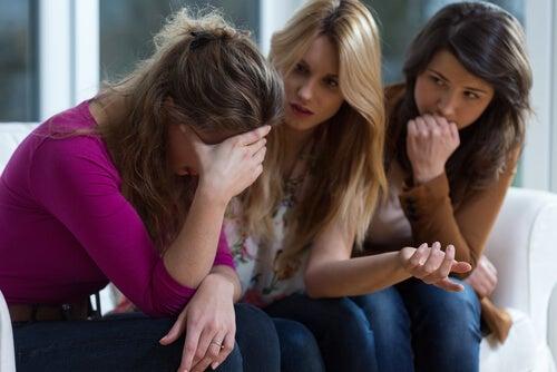 Mujer triste por maltrato psicológico con amigas