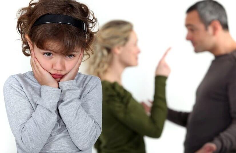 Niña escuchando como sus padres discuten