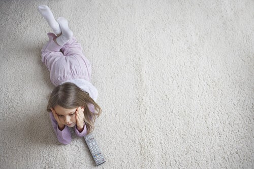 Niña triste tumbada en el suelo
