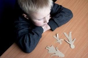 Niño pensando en la separación de sus padres