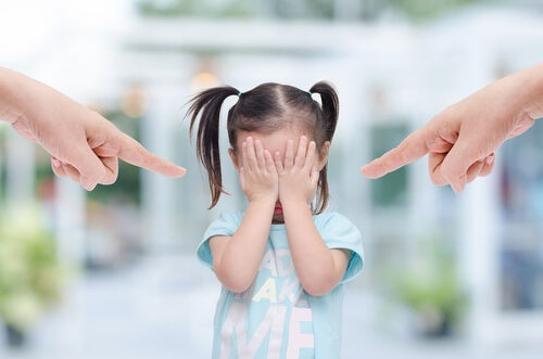 Niña sufriendo maltrato infantil