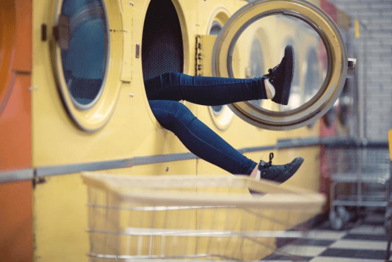 Persona en el interior de una lavadora