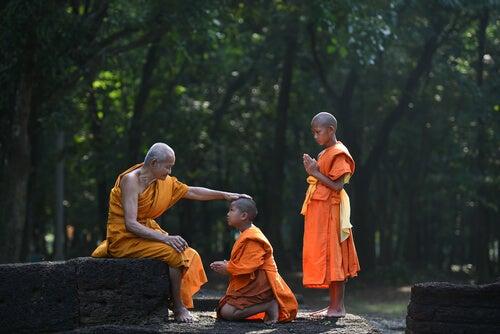 Alumnos budistas con su maestro escuchando la leyenda de la flecha envenenada