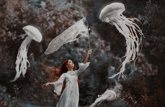Chica cazando medusas con paciencia