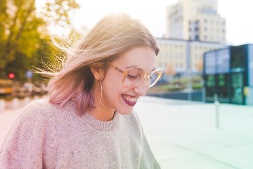 Chica con gafas feliz sonriendo