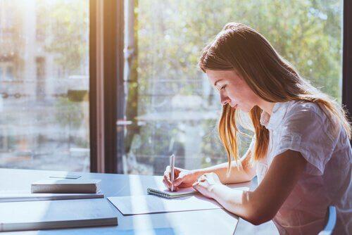 Chica estudiando con emociones positivas