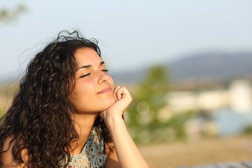 Chica pensando en su tiempo libre