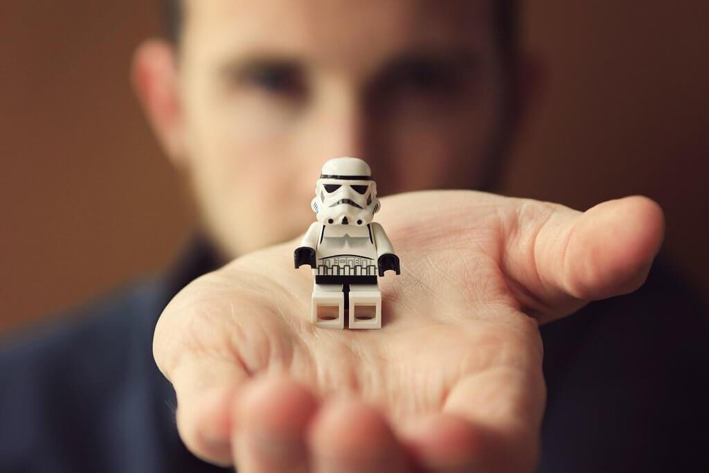 Chico con muñeco lego en la mano