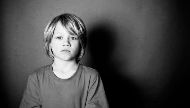 chico triste representando al hijo olvidado