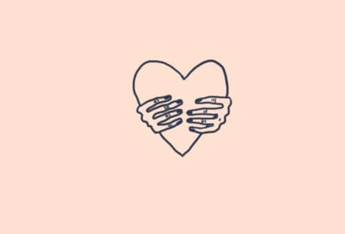 corazón cogido por manos
