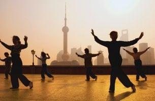 grupo de personas practicando el Tai-Chi