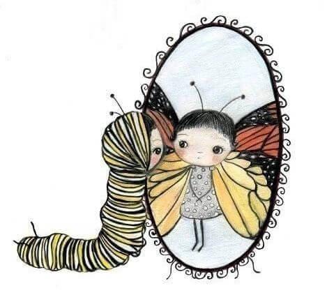 Niña gusano mirando su reflejo de mariposa en un espejo