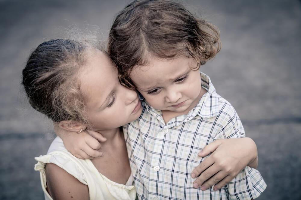 Hermana mayor consolando a su hermana pequeña