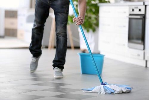 Hombre fregando el suelo