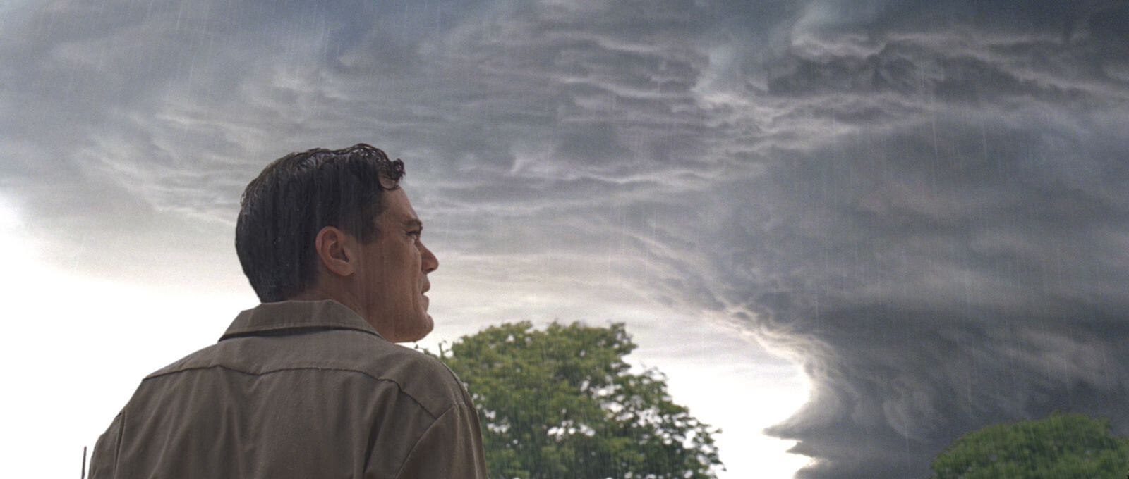 Hombre mirando a las nubes oscuras del cielo pelicula take shelter