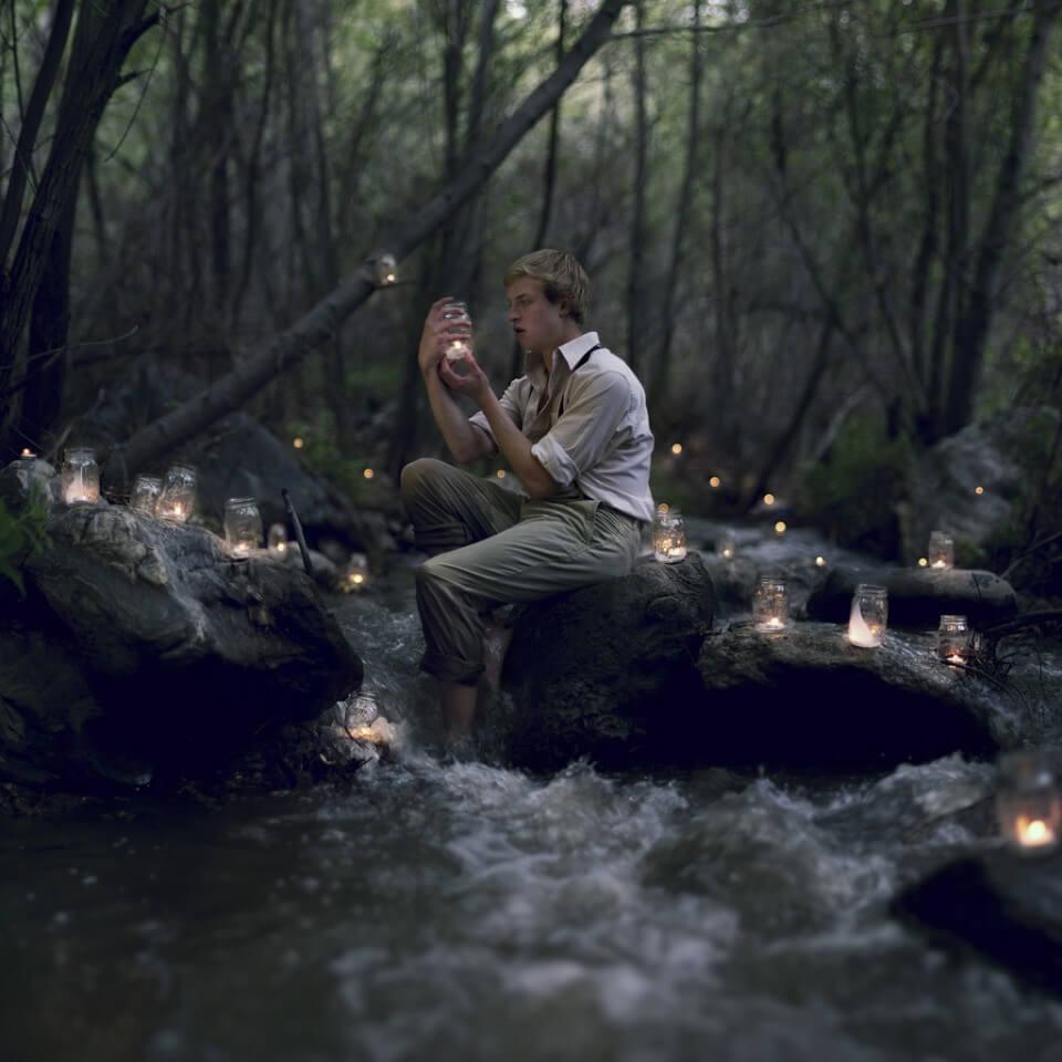 Hombre mirando luciérnaga