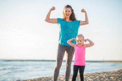 Madre con su hija en la playa