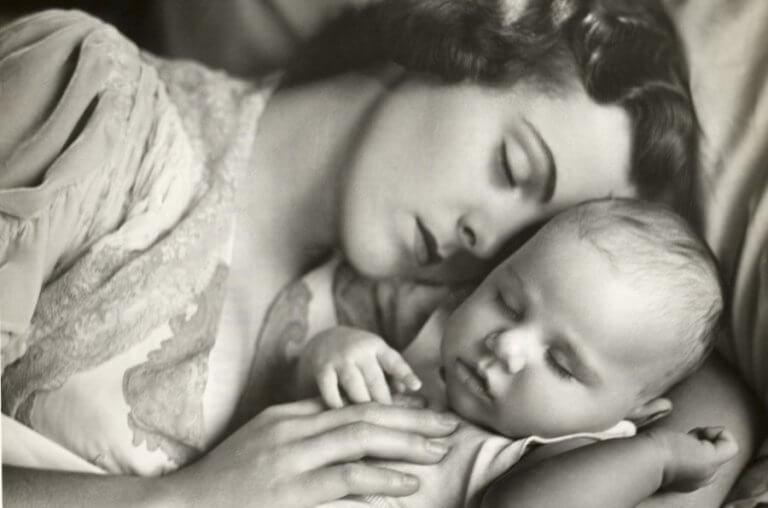 Madre durmiendo con su bebé