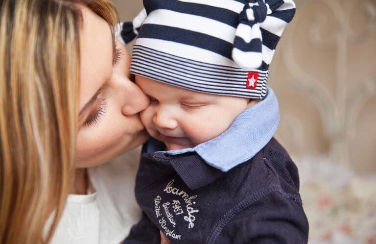 Mamá dando un beso a su bebé