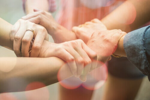 Manos unidas de personas qeu comparten identidad social