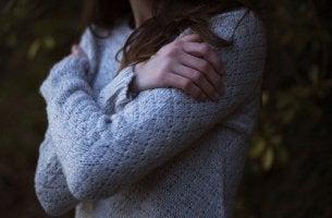 Mujer abrazándose a ella misma para representar las frases de autoestima