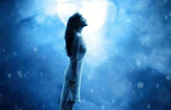 mujer al lado de la luna pensando en cómo lo conseguiré